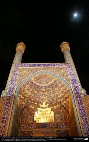 Arquitectura islámica- Una vista de la entrada de la mezquita Imam #Jomeini (mezquita Sha) -#Isfahán - 5 #IslamOriente Imagen en alta resolución en:http://ift.tt/2dfYg51