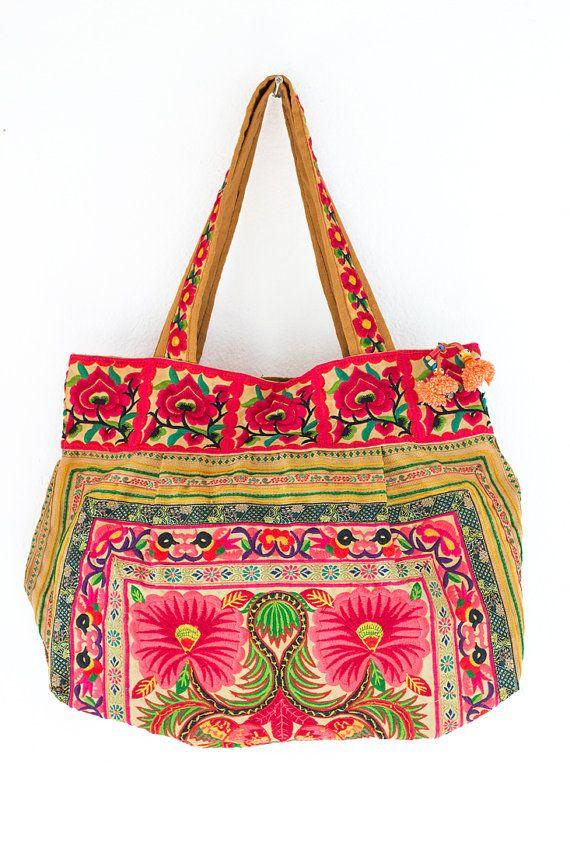 We kopen materialen uit Hmong markt en wij ontwerpen en naaien met de hand. De Hmong-stammen wonen in het noorden van Thailand. Deze tas heeft een buiten sluiting en binnenkant met rits.