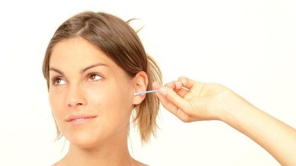 Ohrenputzen: Wattestäbchen haben im Ohr nichts zu suchen. (Quelle: imago)