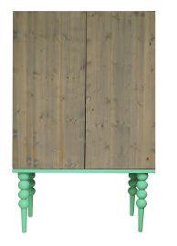 KAST JAMES by June | ONS LABEL | June interiors Deze kast is handgemaakt door één van onze meubelmakers uit de omgeving. Hij staat mooi in de kinderkamer, maar is ook een echte eyecatcher voor in de woonkamer of ergens anders thuis.. Afmeting: 45 cm diep, 100 cm breed en 159 cm hoog. Materiaal: vurenhout met grijze olie, massief berken houten poten gekleurd met kindvriendelijke lak. #kinderkamer, kinderkast #kast #woonkamer #kledingkast #cabinet