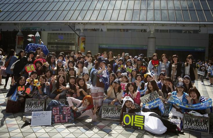 슈퍼주니어는 어떻게 도쿄돔에서 이틀 연속 공연을 매진시킬 수 있었을까요. 도쿄톰 호텔 아래 모인 인파들이 놀랍습니다. 박경은 기자가 공연을 다녀왔습니다. http://t.co/WwD7yVtL