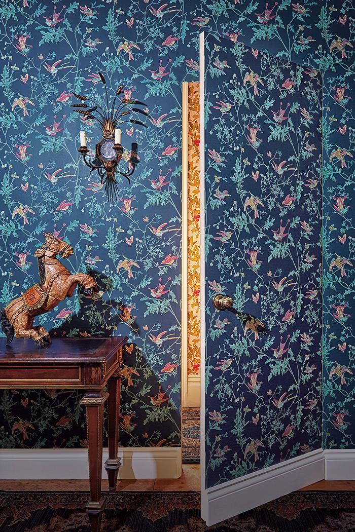 Tapeten Hummingbirds från Cole & Son i butik och online hos Engelska Tapetmagasinet. | Tapet | Fåglar | Blå | Dörr | Wallpaper | Historical
