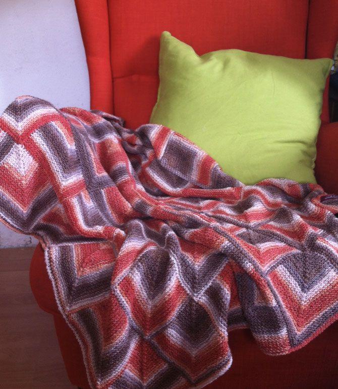Wie versprochen zeige ich meine neuste gestrickte Decke zusammen mit einer Anleitung. Eigentlich ist die Idee entstanden, weil ich nicht gerne einzelne Quadrate zu einer Decke zusammennähe - die Erfahrung hat auch gezeigt, dass genau dort bei den Nähten die Decke nach vielem Waschen kaputtgeht - und ich vernähe auch nicht gerne Fäden. Also stricke ich lieber eine zusammenhängende Fläche. Ich wollte aber nicht einfach mit einer ellenlangen Rundstricknadel eine langweilige Fläche stricken, es…