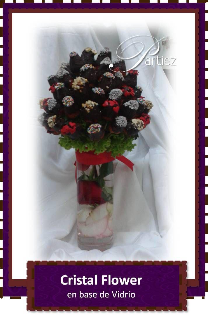 Bouquet de fresas con chocolate oscuro y coberturas variadas sobre base de vidrio con detalle de rosas