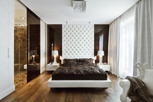 cabecera capitonada en blanco y las cortinas grises y blancas vs. el contraste del piso de madera!!!