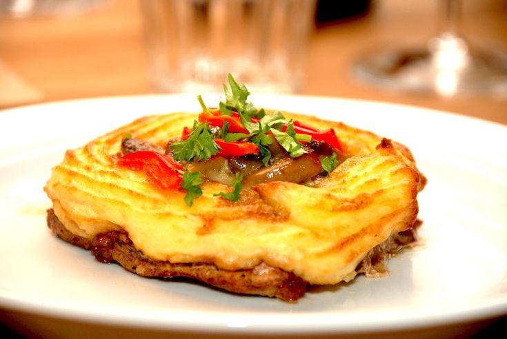 En super lækker opskrift på koteletter med kartoffelmos og champignon a la creme, hvor hvor hele retten er samlet på koteletten. Du kan med fordel lave koteletterne lidt i forvejen, og tilberede færdigt når de skal spises.