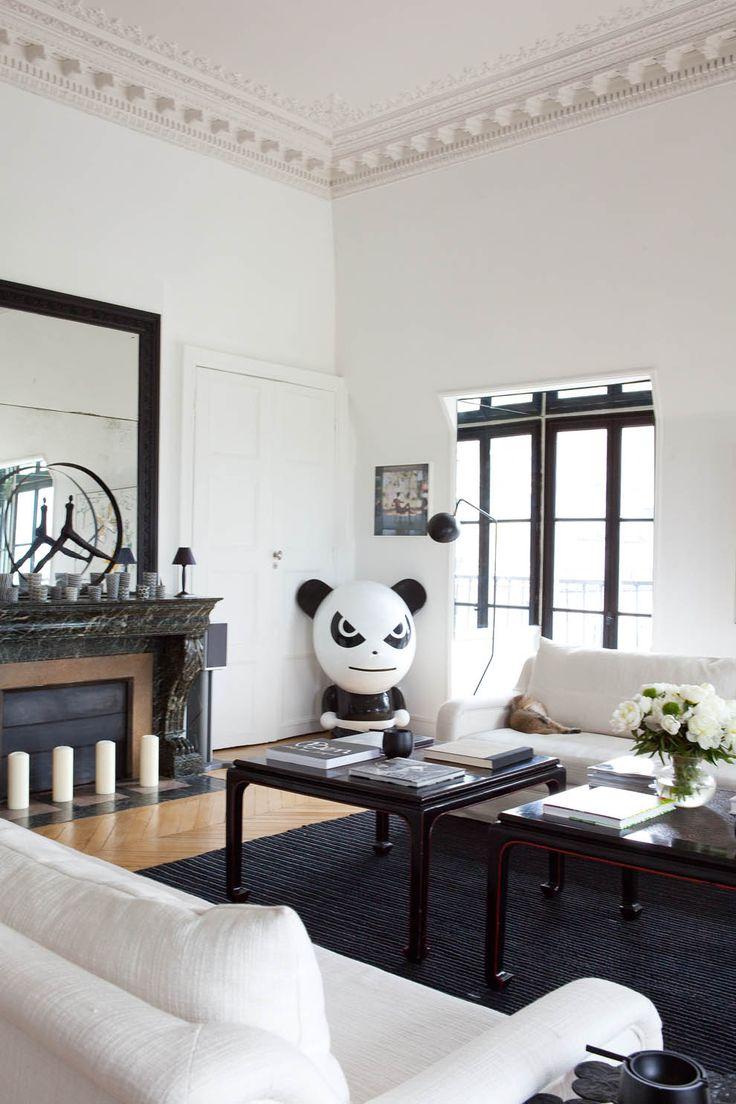 Dans le salon, Chine d'hier et d'aujourd'hui avec des tables XIXe et un panda signé de l'artiste Ji Ji. Tout contre le canapé blanc SL, on aperçoit un cendrier en fonte créé par Sarah pour sa collection à succès chez La Redoute. Sur la cheminée, « Le temps qui passe », une sculpture de Nathalie Decoster.