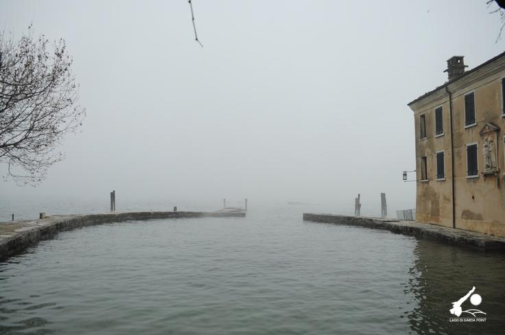 Oggi il Lago di Garda si è svegliato con la nebbia. Da voi com'è il tempo? Buona domenica! #LagodiGarda #LakeGarda #Gardasee #LacdeGarde #Gardameer #LagodeGarda