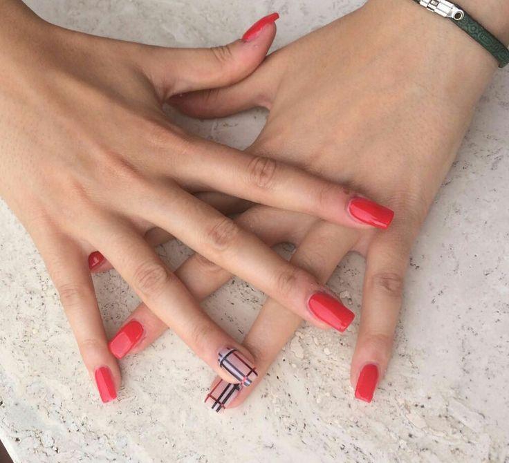 Ricostruzione unghie in gel rosse con decoro Burberry!