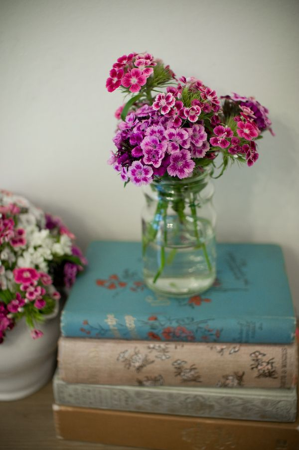 Flowers and books-2 of my favorite things :)Vintage Books, Pretty Book, Old Book, Flower Book, Floral Tribute, Pretty Flowers, Sweets Williams Flower, Mason Jars, Vintage Vignettes