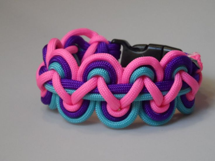 Regenboog paracord armband. Kun je zelf maken met zelf gekozen kleuren. www.doewinkel.nl