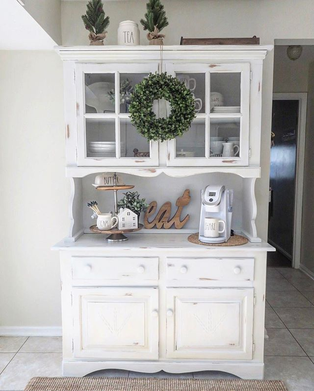 I finished the top of my hutch during the holidays and I'm so excited I finally have extra space to store all my Rae Dunn ‍♀️‍♀️ I found it at a Thrift Store for $60 and I just couldn't leave it! Now I want to get rid of the dining set that sits right in front of the hutch in the kitchen  it looks so much bigger without it. . . #sundaydecorlove #sundaysunshine #mysundaysimplicity #calmsimplesundays  #sundayseasonaldecor #decorcrushsunday #seasonalsundays #designsecretsources #chairi...