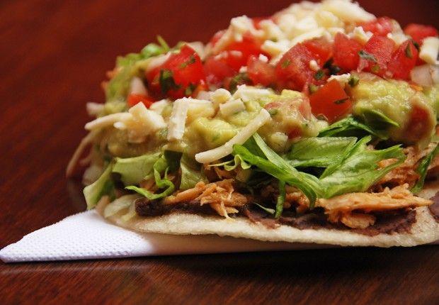 O Obá traz para a Feirinha as Tostadas Mexicanas: taco crocante aberto de tortilla de milho montada com feijão, frango, alface e guacamole. (Foto: Divulgação)