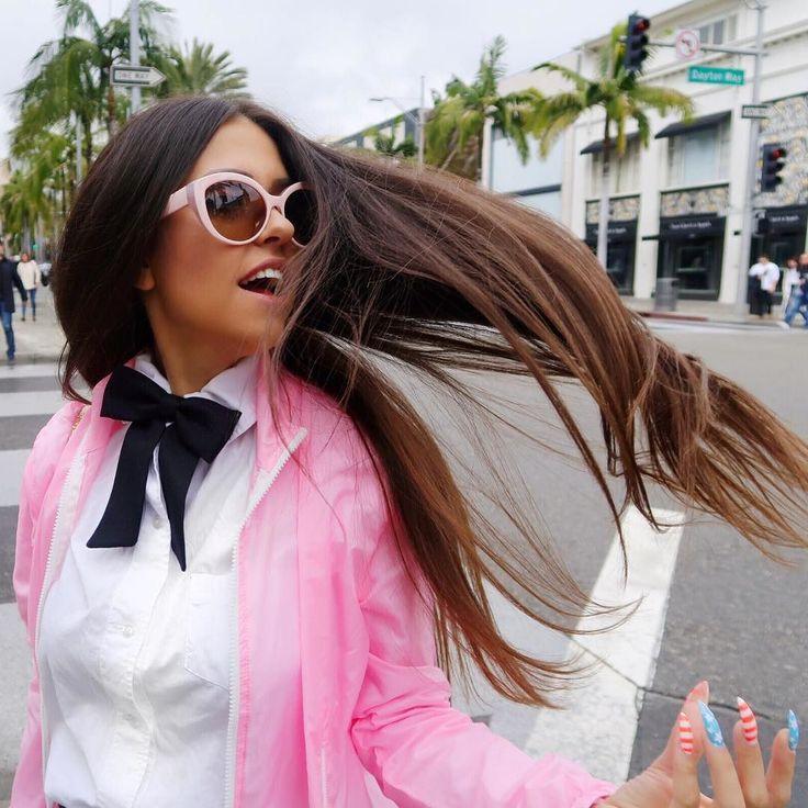 Barbie morena batendo cabelo  em plena Rodeo Drive.