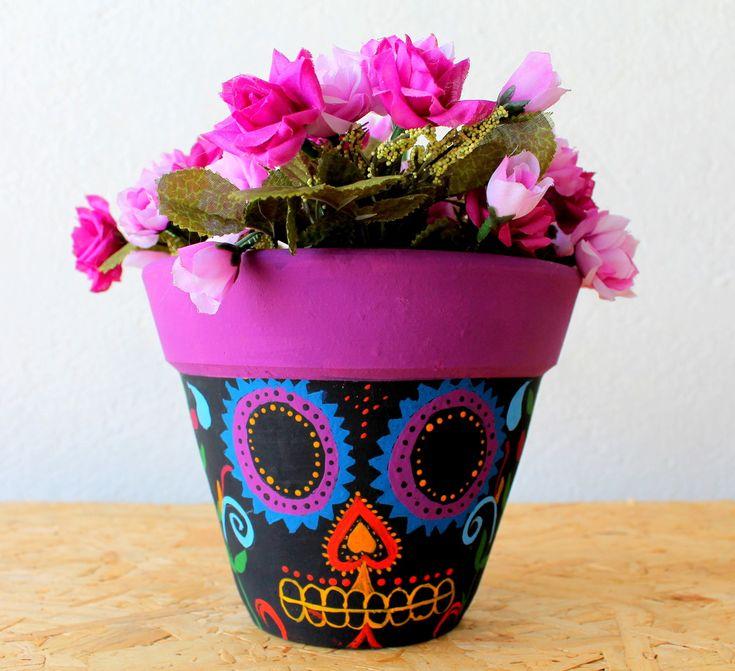 Vaso de cerâmica pintada à mão com caveira mexicana e detalhes florais.  Não acompanha a planta.