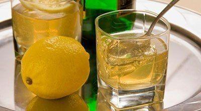 Применение желатина внутрь для улучшения состояния кожи, волос и ногтей:<br><br>- 1 чайная ложка гранул пищевого желатина;<br>- 1 стакан воды;<br>- 1 чайная ложка лимонного сока.<br><br>Гранулы желатина развести теплой водой, дать ему немного разбухнуть. Добавить лимонный сок (кислый компонент ул..