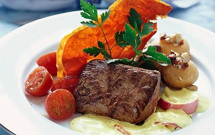 Pääruoka: HÄRÄNFILEETÄ PARMANKINKKULASTUILLA Klassinen juhlaruoka oikealla twistillä! Herkulliset parmankinkkulastut ovat sekä tyylikkäitä että erittäin makoisia!