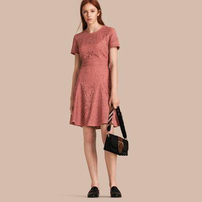 Vestido evasê de renda floral italiana. A trama contrastante adiciona definição à cintura, aos punhos e à saia evasê. O cinto da imagem não é incluído com a jaqueta.