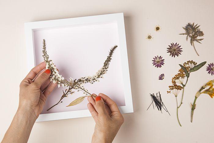 DIY, Canlı Çiçekten Pano Yapılışı ,  #çerçevemodelleri #evdekorasyonu #panomodelleri #panoörnekleri , Sevdiğiniz birinden aldığınız çiçekleri ölümsüzleştirerek pano yapmaya ne dersiniz. Geçtiğimiz günlerde canlı çiçeklerden çanta yap�...