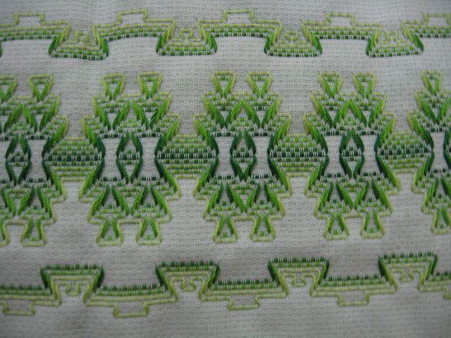 Toalha de rosto bordada em vagonite - detalhes   by Cássia Bordados