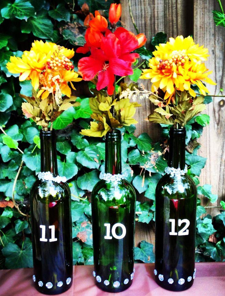 Ideia para decoração com a data do casamento - Marque os números em garrafas de vinho decoradas. #casamento #wedding #savethedate #chabar