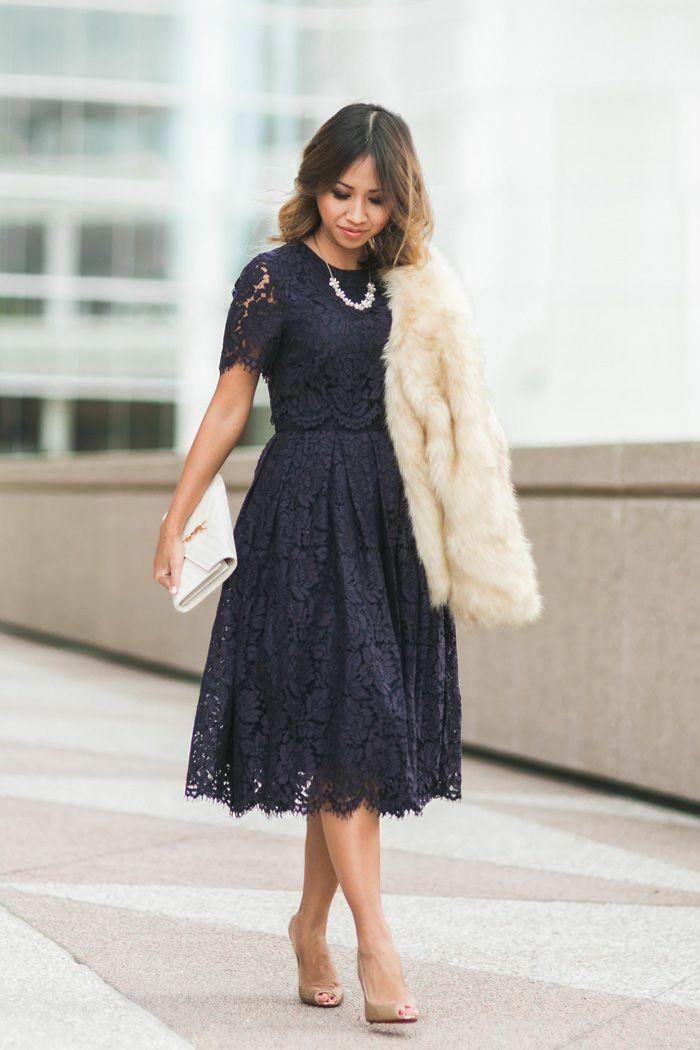 2fdb6c7d2e8 Chic tenue soirée femme tenue habillée robe mi longue bleu foncé sac à main  blanc ysl robe dentelle