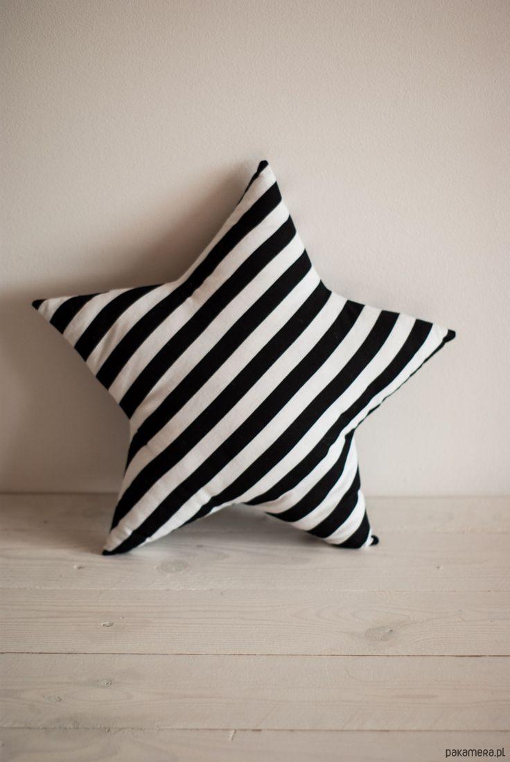 poduszki, poszewki, narzuty-Poduszka gwiazdka czarno białe paski