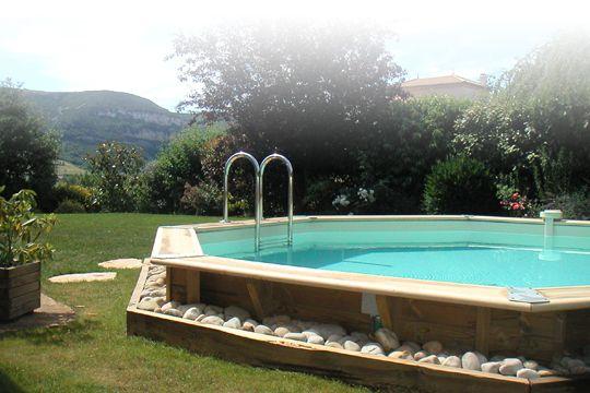 Minérale et végétale, une alliance harmonieuse pour cette piscine hors sol