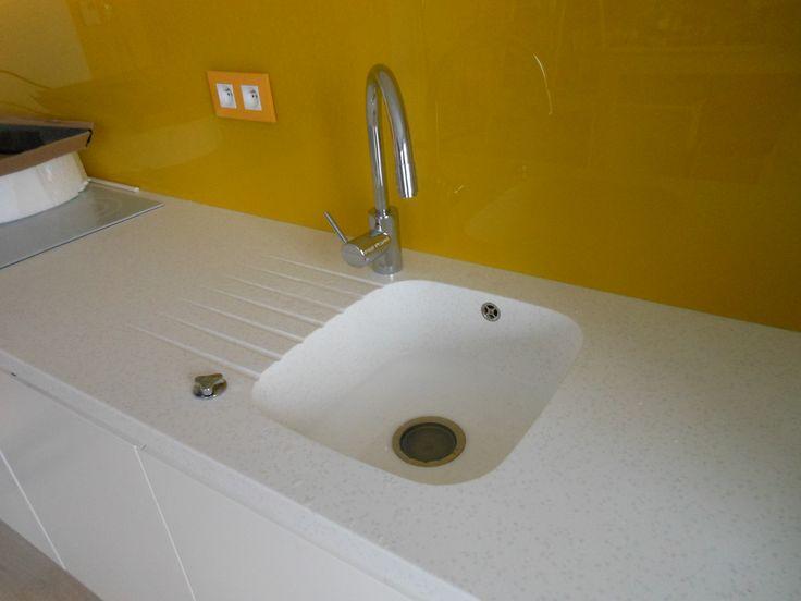 zlew i blat wyglądają jak monolit materiał , wypust na dozownik podblatowy na płyn do mycia naczyń Corian www.atoato.pl