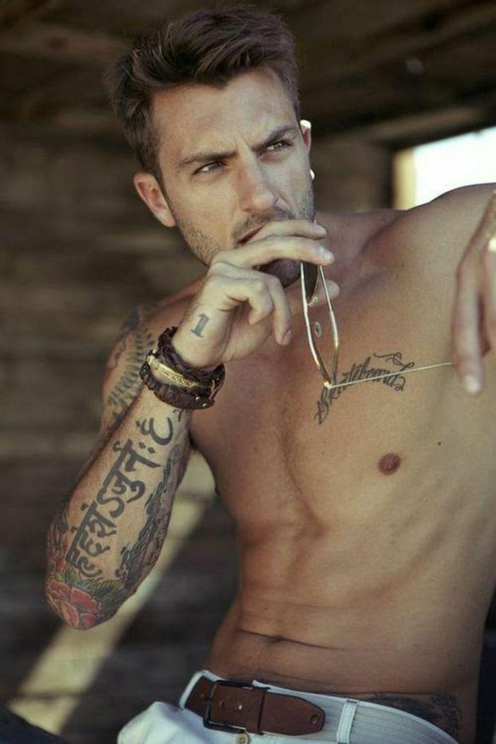 quel-tatouage-idée-de-tatouage-homme-avant-bras-tatouage-torse-homme-cool