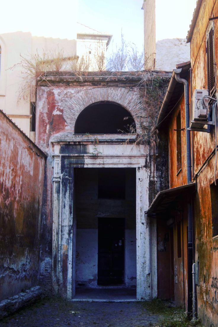 Ruins in Roma, Italia.