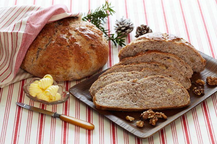 Denne enkle oppskriften gir to velsmakende brød som også er hyggelige å gi bort. Pakk de inn i pent papir og pynt med en fin sløyfe. En hyggelig gave som garantert blir godt mottatt.