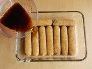 フィンガービスケットをコーヒー液に浸す