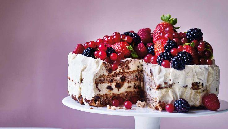 Definition på islagkage, der nok skal tage kegler hos gæsterne: Sød vaniljeis i lag med lækre nøddebunde, mørk chokolade og blød daddelkaramel. Her får du ospkriften på islagkage med dadler