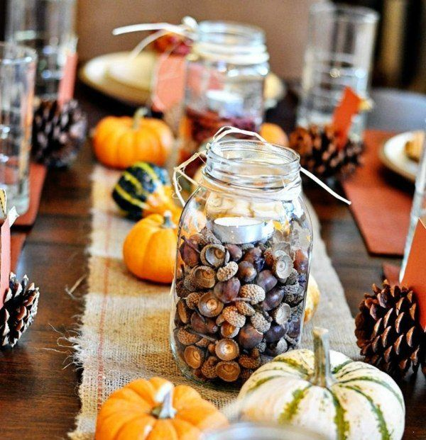 un pot en verre décoratif rempli de glands