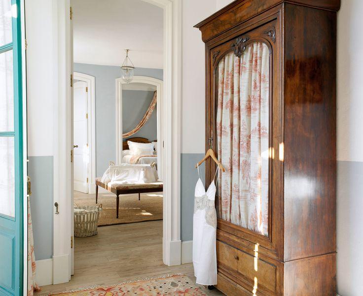 00260722. Armario antiguo de madera con cortina de Toile de Jouy_00260722