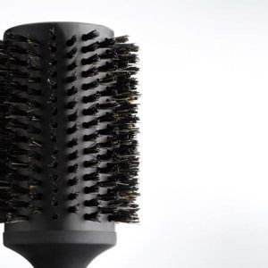 PRICE INCLUDES ghd Ceramic Vented Radial Brush Size 4 PRODUCT FEATURES Hollow, vented ceramic barrel 55mm diameter barrel Soft touch, non slip finish handle Professional design & hand finished
