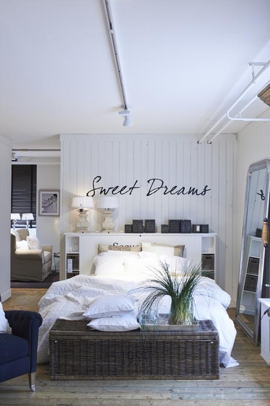 Rivièra Maison bedroom / slaapkamer Idee: hoofdbord waar spullen op kunnen staan. En een mand of tafel aan het voeteneinde. Handig?