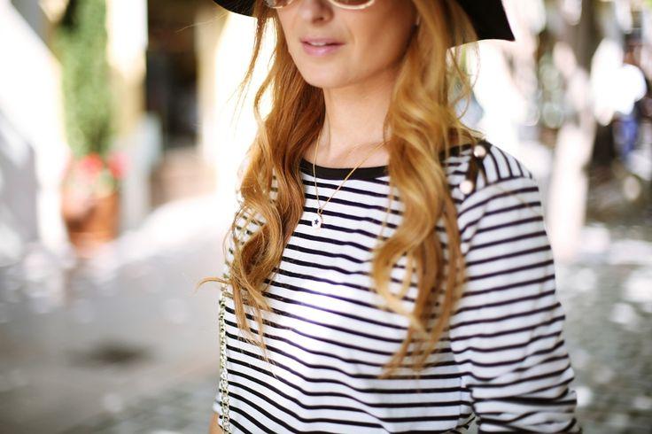 Casual Look. Look con camiseta de rayas y falda blanca. A trendy life. #casual #navytshirt #whiteskirt #boots #animalprintbag #strippedtop #hat #details #cortefiel #pedrodelhierro #tous #sarenza #outfit #fashionblogger #atrendylife www.atrendylifestyle.com