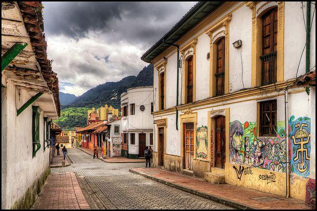 La Candelaria, Bogota, Colombia Los visitantes pueden ver allí las casas coloniales con sus ventanas enrejadas, portones tallados, techos de tejas rojas y aleros.