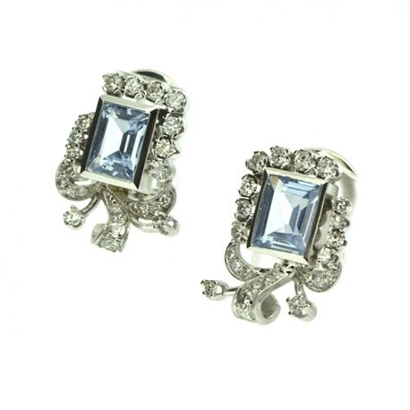 Pendientes de oro blanco de 18 quilates. Confeccionados con topacios azules talla esmeralda, y 46 diamantes naturales talla antigua 8x8