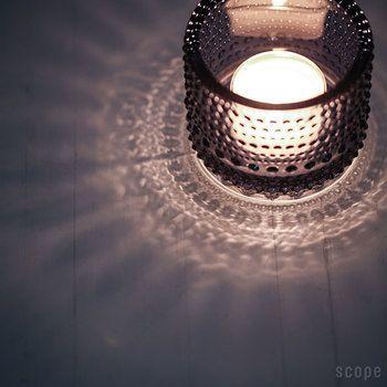「カステヘルミ」とは、お日様の光に照らされて輝く朝露の雫を意味する言葉です。繊細なガラスの凹凸が水滴のような美しさを表現しています。表面を覆う小さなドットが影を作ってとても綺麗です。