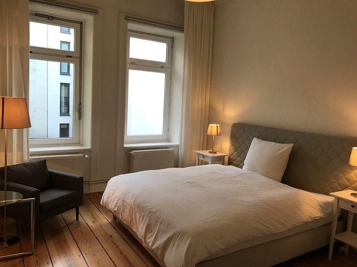 Gemütliches Schlafzimmer Mit Warmem Licht, Großen Fenstern Und