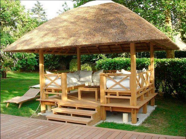 COBERTI Gazebo de madera con techo de junco africano, bancos y mesa de madera. #gazebo #madera #junco #africano #banco #mesa #jardín #terraza #ideas #coberti #málaga