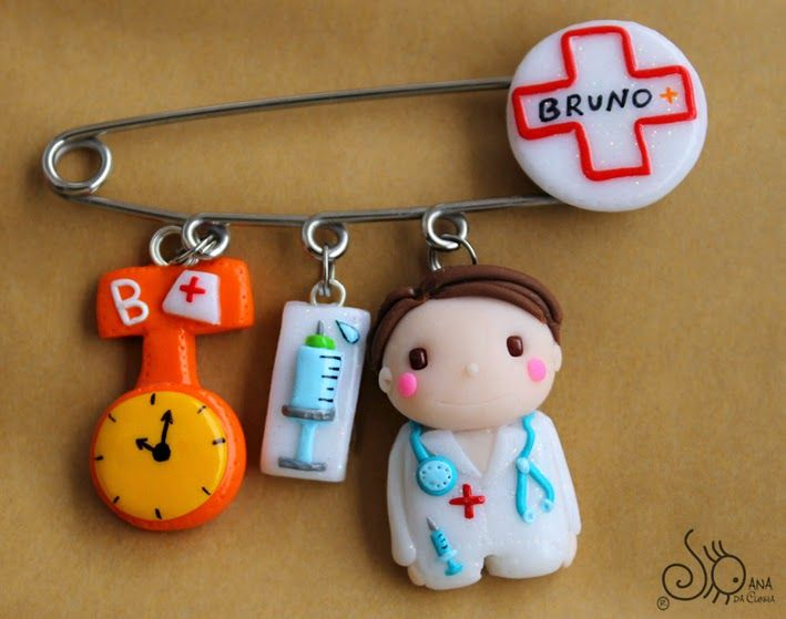 Tema: Boneco Enfermeiro Círculo Branco com cruz vermelha e nome 3 Miniaturas: * Relógio cor de Laranja com chapéu de enfermagem e e 1.ª le...