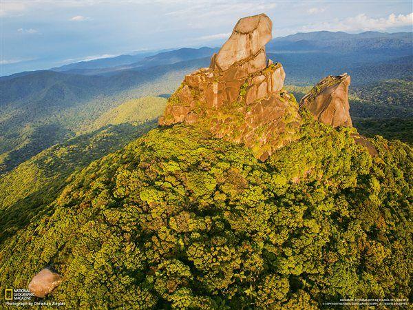 El monte Pieter Botte descuella sobre el bosque lluvioso de Daintree · National Geographic en español. · Foto del día