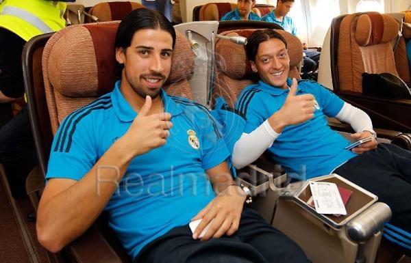 Khedira-Özil di dalam kabin kelas bisnis pesawat Real Madrid. Jempolnya kecil #eh