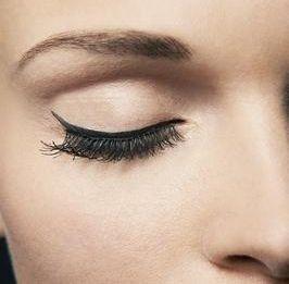 Ik ga bijna nooit zonder de deur uit... eyeliner!