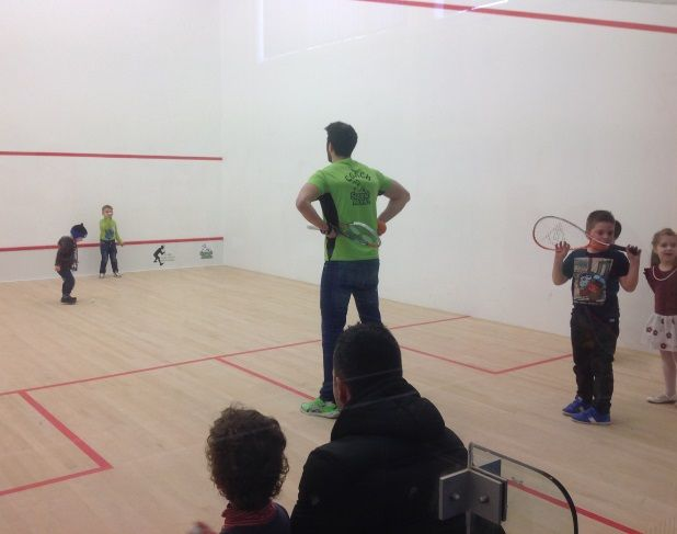 Squash Club Baia Mare. Squash Club Baia Mare, o sala de sport pentru intreaga familie. Pe 2 terenuri de squash, unul de badminton si mini baschet – streetball, tenis de masa, baimarenii se pot distra la maximum http://www.squashmania.ro/squash-club-baia-mare-1/