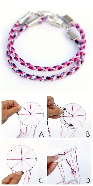 Je knoopt 7 draadjes van ca. 50 cm aan elkaar, Het kartonnetje heeft 8 gleuven en een gat in het midden waar je het knoopje doorheen trekt. Verdeel de draden over de gleuven, er blijft steeds 1 gleuf leeg. Dan ga je tellen: leeg, draad 1, draad 2, draad 3. Deze 3de draad pak je uit de gleuf en trek je boven langs en zet je vast in de lege gleuf, Dan tel je (met de klok mee) weer verder, leeg-1-2-3 etc. Op youtube staat ook uitleg en hoe je een sliding knot kunt maken (verstelbare knoop).